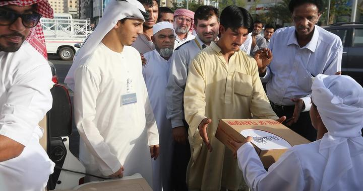 Children Handout Iftar to Motorists, Labourers in UAE